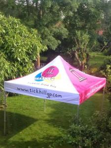 Foto de techo de carpa en rosa y blanco