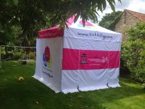 Foto de carpa personalizada en blanco y rosa