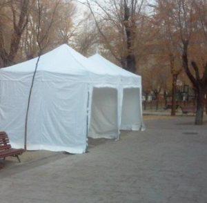 Foto de carpas plegables de 3x3 blancas en parque mercadillo